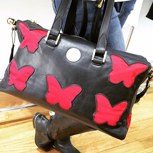 bolso negro troquelado con mariposas rojas de cosy butterfly en madrid a tu estilo