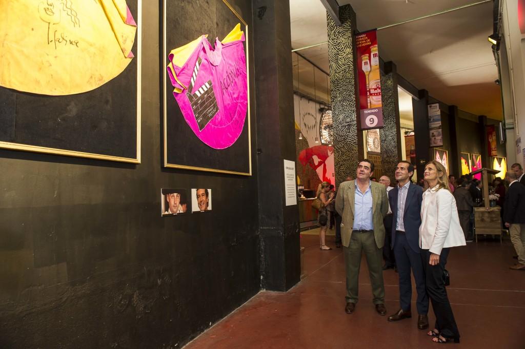 Manuel Martinez Erice, de Taurodelta, Salvador Victoria, portavoz de la CAM, y Critina Cuadrado, directora fundación Pequeño Deseo visitan la exposición de capotes